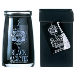 Black Magic Tea : Thé noir parfumé aux agrumes et aux fruits rouges de la collection Magic Tea conditionné en flacon de verre soufflé